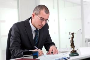 Haben Sie Probleme damit, eine Abmahnung zu formulieren? Ein Anwalt kann helfen.