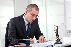 Bei einer Abmahnung kann ein spezieller Rechtsanwalt weiterhelfen.