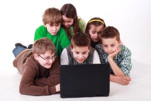 Eltern treten in Störerhaftung, wenn Kinder nicht ausreichend über das Internet aufgeklärt wurden.